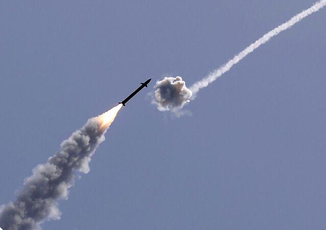 Sistema de defesa antimíssil israelense Cúpula de Ferro intercepta um foguete lançado da Faixa de Gaza