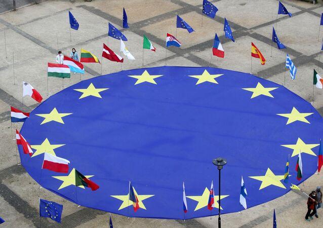 Grande bandeira da União Europeia no centro da praça Schuman, fora da sede da Comissão Europeia, na véspera do Dia da Europa, em Bruxelas, Bélgica, 8 de maio de 2021