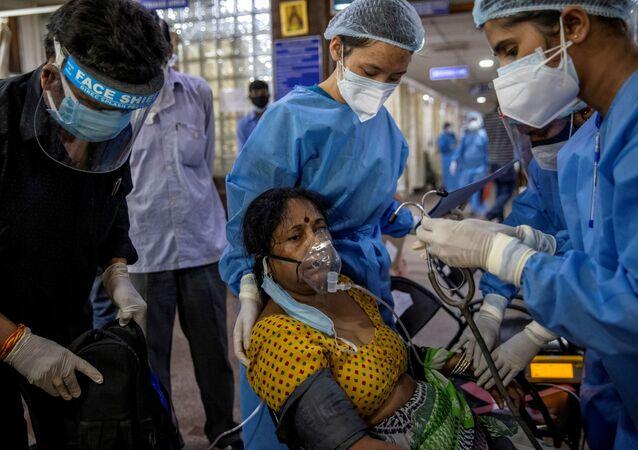 Paciente com COVID-19 recebe tratamento em hospital de Nova Deli, na Índia. Foto de arquivo