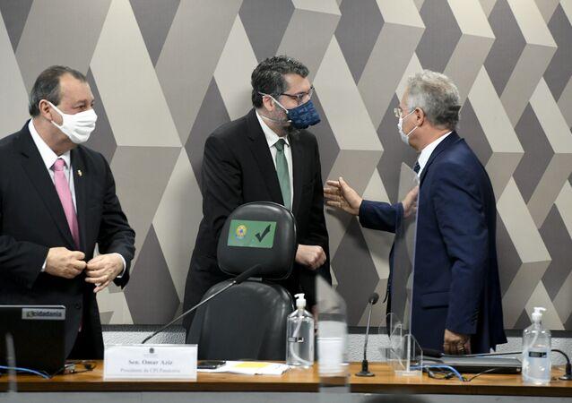 Ex-ministro das Relações Exteriores do Brasil, Ernesto Araújo, ao lado do presidente da CPI da Covid, senador Omar Aziz (PSD-AM) e do relator senador Renan Calheiros (MDB-AL)