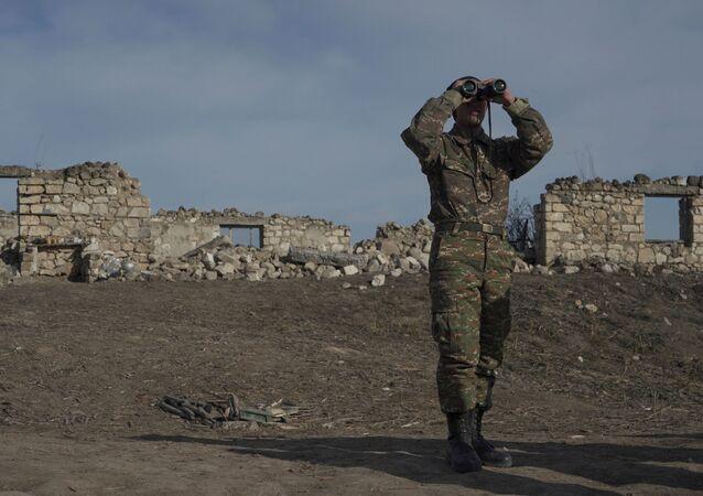 Soldado de etnia armênia perto do vilarejo de Taghavard, na região de Nagorno-Karabakh. Foto de arquivo