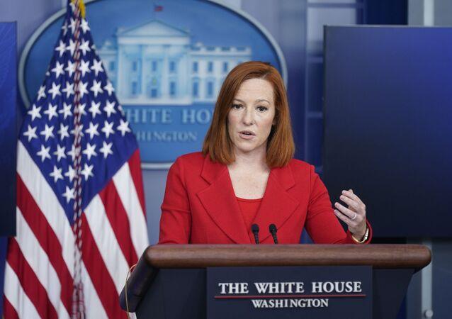 A secretária de imprensa da Casa Branca, Jen Psaki, fala durante uma coletiva de imprensa na Casa Branca, segunda-feira, 12 de abril de 2021, em Washington