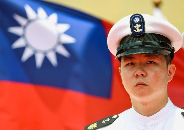 Guarda de honra da Marinha de Taiwan com bandeira taiwanesa em fundo, 13 de abril de 2021
