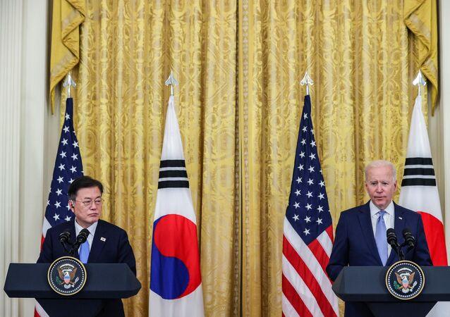 O presidente dos EUA, Joe Biden, e o presidente da Coréia do Sul, Moon Jae-in, realizam uma coletiva de imprensa conjunta após um dia de reuniões na Casa Branca, em Washington, EUA, em 21 de maio de 2021.