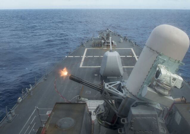 Destróier de mísseis guiados USS Curtis Wilbur (DDG 54), da classe Arleigh Burke, durante exercícios de fogo real no mar das Filipinas