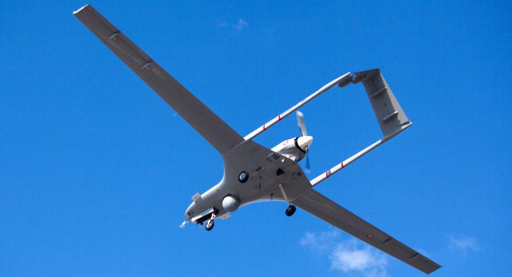 Drone Bayraktar TB2, fabricado na Turquia, voa na base aérea de Gecitkale, perto de Famagusta, na autoproclamada República Turca do Norte do Chipre, 16 de dezembro de 2019