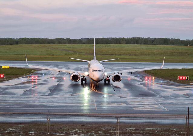A aeronave da Ryanair, que transportava o jornalista e ativista opositor Roman Protasevich, desviada a Belarus, onde o opositor foi detido, pousa em Vilnius, Lituânia, 23 de maio de 2021