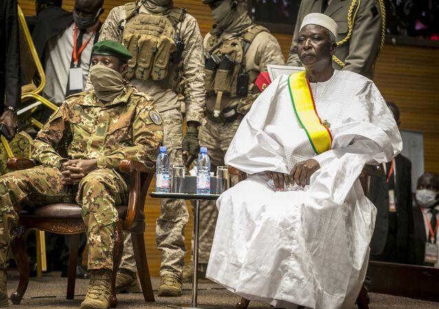 O presidente do Mali, Bah Ndaw (à direita) durante cerimônia de posse em Bamaco