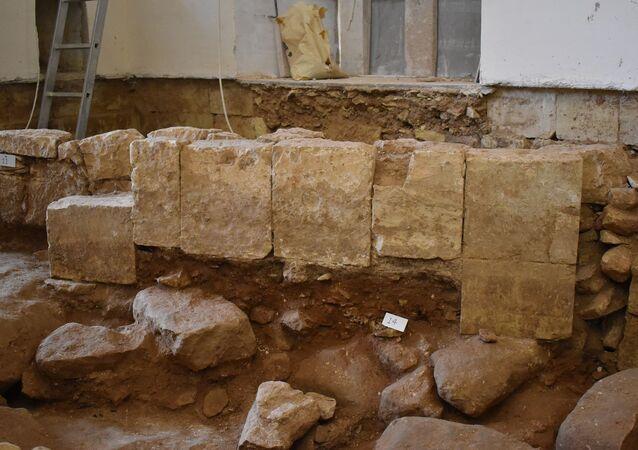 Restos de antiga capela achados por arqueólogos debaixo da Igreja de Nossa Senhora da Misericórdia em Crendi, Malta