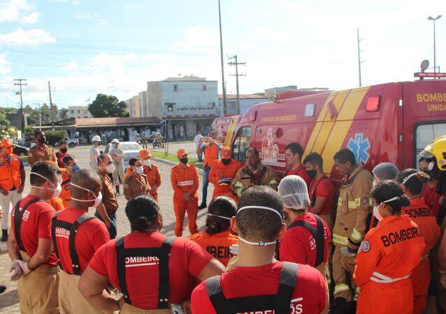 Corpo de Bombeiros se reúne fora do Hospital Municipal Zona Norte Doutor Nestor Piva, na Avenida Maranhão, em Aracaju, para controlar incêndio, 28 de maio de 2021