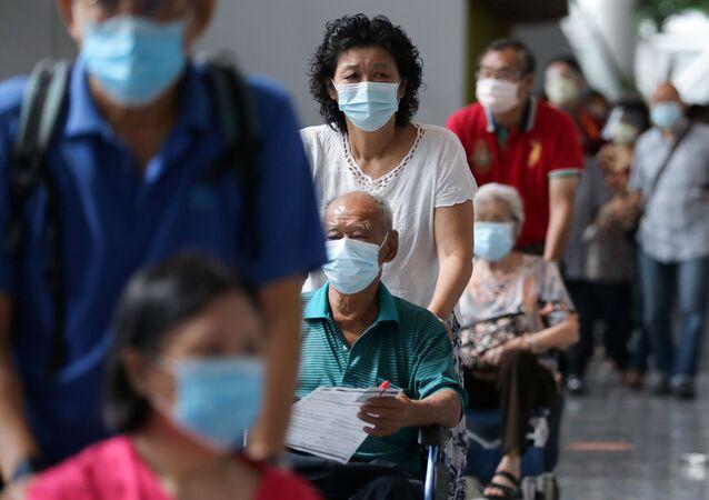 Pessoas esperam na fila para receber a vacina contra a COVID-19 em Kuala Lumpur, Malásia, 31 de maio de 2021