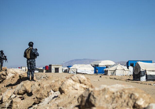 Forças especiais das Forças Democráticas da Síria (SDF, na sigla em inglês) vigiam as proximidades do campo Al-Hol, no nordeste da Síria, 30 de março de 2021