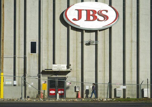 Trabalhador entra na fábrica de frigoríficos da JBS em Greeley, Colorado, EUA. Um ataque de ransomware de fim de semana na maior empresa de carne do mundo está interrompendo a produção em todo o mundo, semanas após um incidente semelhante encerrar um Oleoduto dos EUA. Foto de arquivo