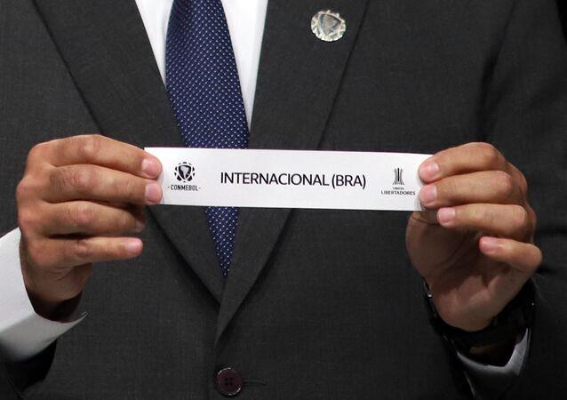 Diretor da Conmebol, Frederico Nantes, mostra cartão com inscrição Internacional (BRA), Paraguai, 1º de junho de 2021