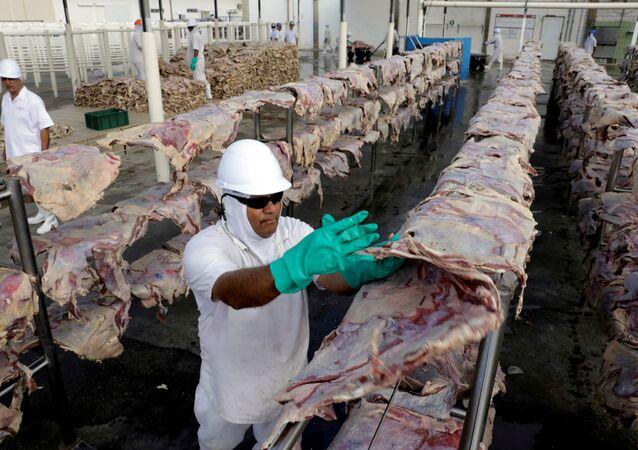 Trabalhadores na fábrica de carne bovina da JBS