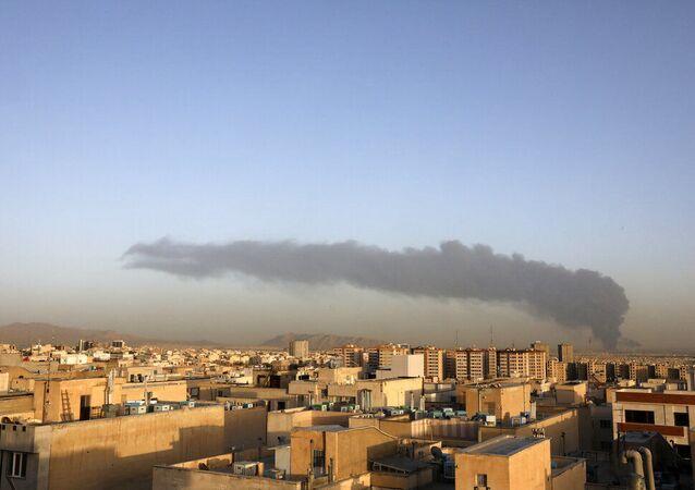 Enorme fumaça sobe da principal refinaria de petróleo de Teerã ao sul de Teerã, Irã, quarta-feira, 2 de junho de 2021