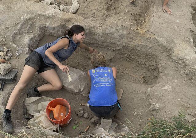 Arqueólogos escavam cemitério do século XVIII descoberto em uma antiga plantação de açúcar conhecida como Golden Rock, na ilha caribenha de Santo Eustáquio, município especial dos Países Baixos