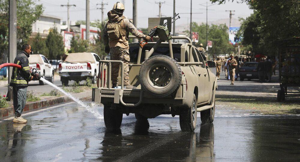Segurança afegão passa por local atingido por explosão de bomba em Cabul, Afeganistão, em 6 de junho de 2021