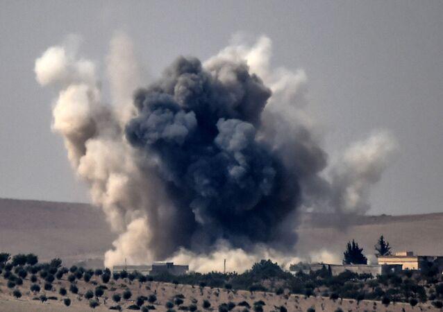 Explosão causada por um ataque aéreo turco na fronteira com a Síria