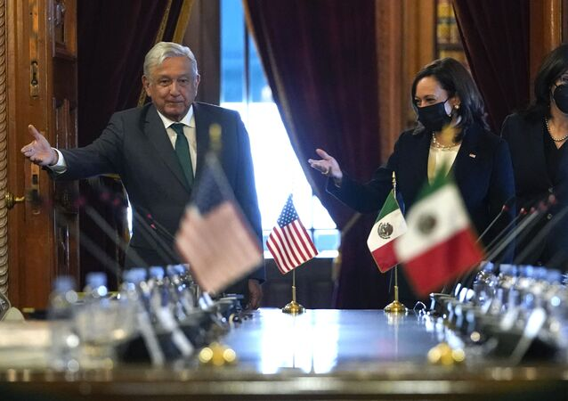 Vice-presidente dos EUA, Kamala Harris, e o presidente do México, Andrés Manuel López Obrador, chegando para uma reunião bilateral ao Palácio Nacional na cidade do México, 8 de junho de 2021
