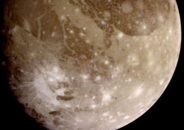 Foto de Ganímedes, maior satélite de Júpiter, tirada em junho de 2000 pela espaçonave Galileo da NASA