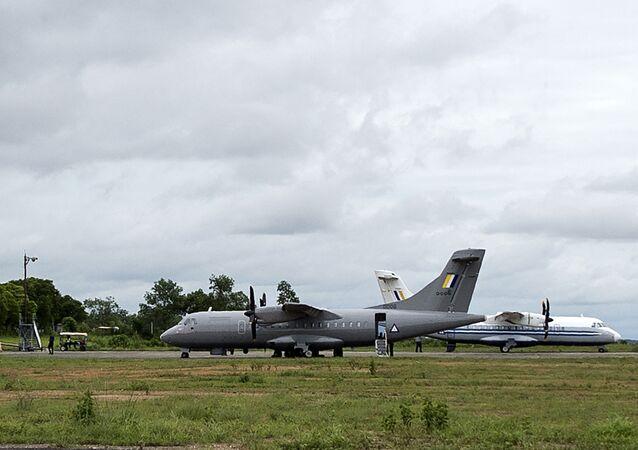 Avião da Força Aérea de Myanmar (à esquerda)