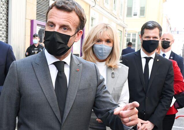 Emmanuel Macron, presidente da França, Brigitte Macron, sua esposa, e Nicolas Daragon, prefeito de Valence, França, caminham por uma rua em Valence, França, 8 de junho de 2021