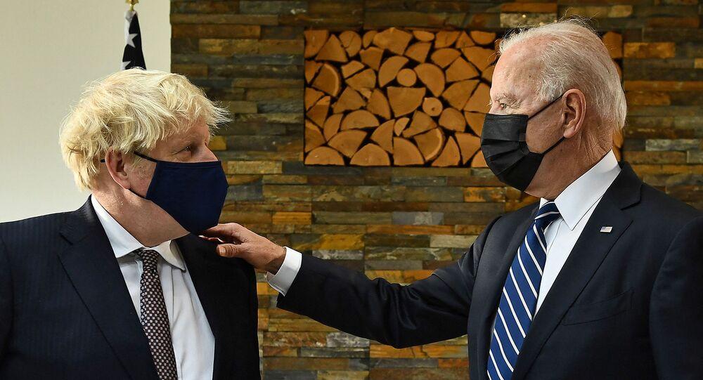 Primeiro-ministro britânico, Boris Johnson (E), e o presidente dos EUA, Joe Biden, durante reunião bilateral na Cornualha, Reino Unido, em 10 de junho de 2021