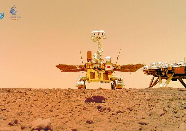 Rover chinês Zhurong e o módulo de pouso Tianwen 1 na superfície de Marte