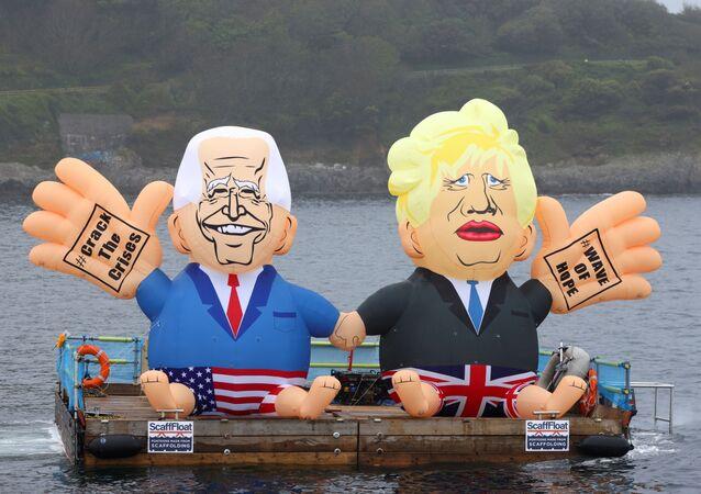Bonecos infláveis retratando o presidente dos EUA, Joe Biden, e o premiê britânico, Boris Johnson, em um pontão, em Falmouth, Reino Unido, na véspera da cúpula do G7, 11 de junho de 2021