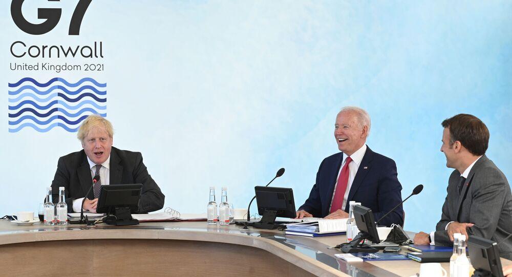 O primeiro-ministro britânico Boris Johnson (E), o presidente dos EUA Joe Biden (C) e o presidente da França Emmanuel Macron (D) participam de uma sessão de trabalho durante a cúpula do G7 em Carbis Bay, Cornualha, Reino Unido, em 12 de junho 2021