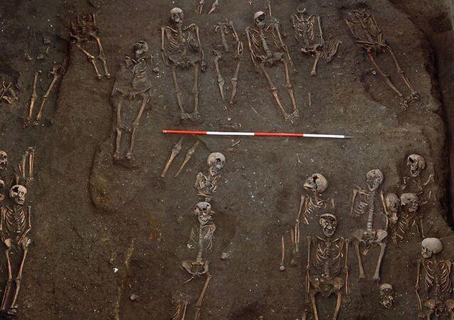Vista dos esqueletos escavados do hospital João, o Apóstolo