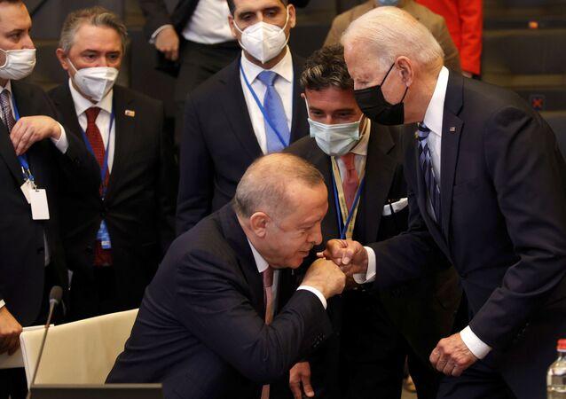 Presidente da Turquia, Recep Tayyip Erdogan, cumprimenta o presidente dos EUA, Joe Biden, na sessão plenária da cúpula da OTAN em Bruxelas, 14 de junho de 2021