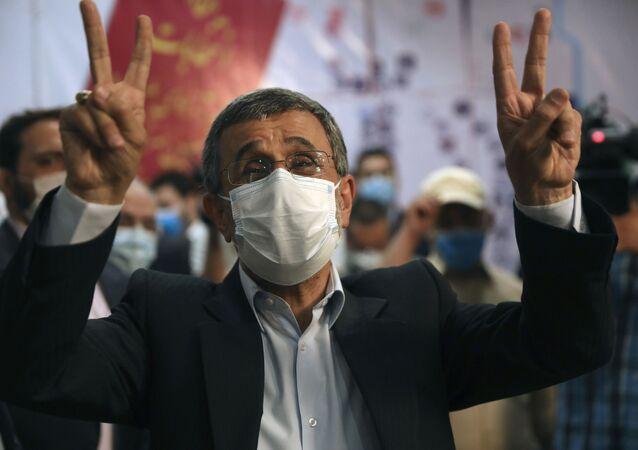 Mahmoud Ahmadinejad, ex-presidente do Irã (2005-2013), faz o sinal de vitória ao registrar seu nome como candidato às eleições presidenciais iranianas na sede do Ministério do Interior em Teerã, Irã, 12 de maio de 2021