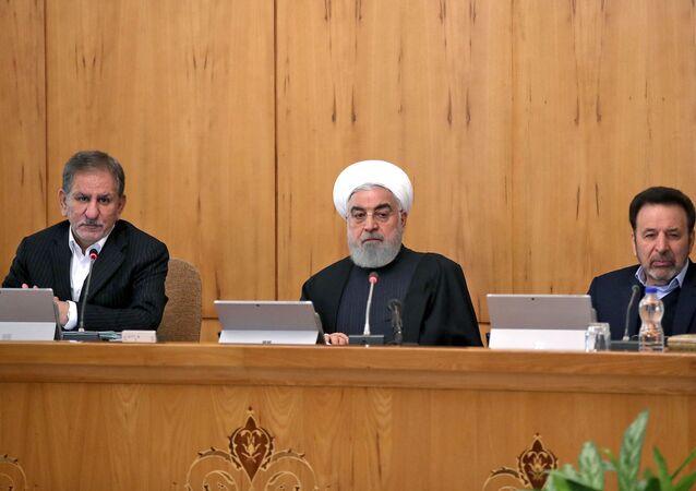 Presidente do Irã Hassan Rouhani (C) prese reunião de gabinete na presença de seu chefe de gabinete Mahmoud Vaezi (D) e do vice-presidente Eshaq Jahangiri (E) em Teerã. Foto de arquivo