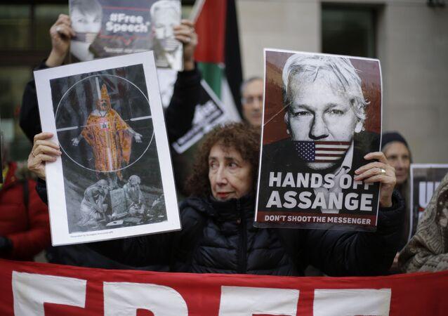 Apoiadores do fundador do WikiLeaks Julian Assange participam de um protesto em Londres para apoiá-lo em uma audiência administrativa para seu caso de extradição, em 26 de novembro de 2020