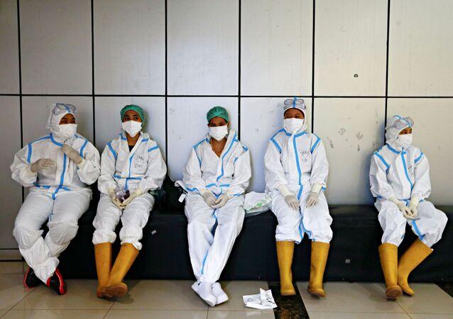 Profissionais de saúde usando equipamento de proteção em um hospital de emergência em Jacarta, Indonésia, 17 de junho de 2021