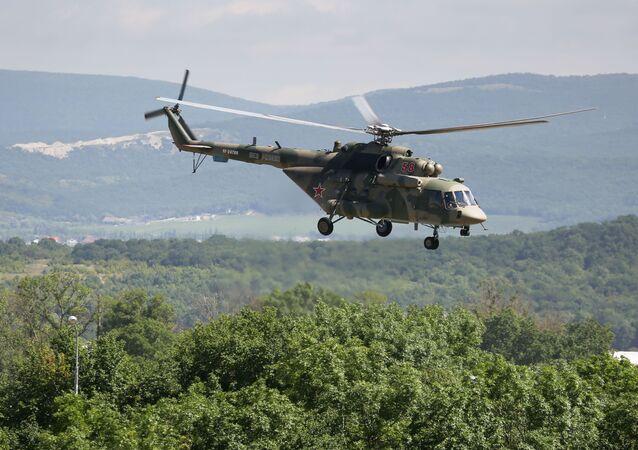 Helicóptero Mi-8 durante exercícios militares no polígono Raevsky, perto de Novorossiysk, Rússia