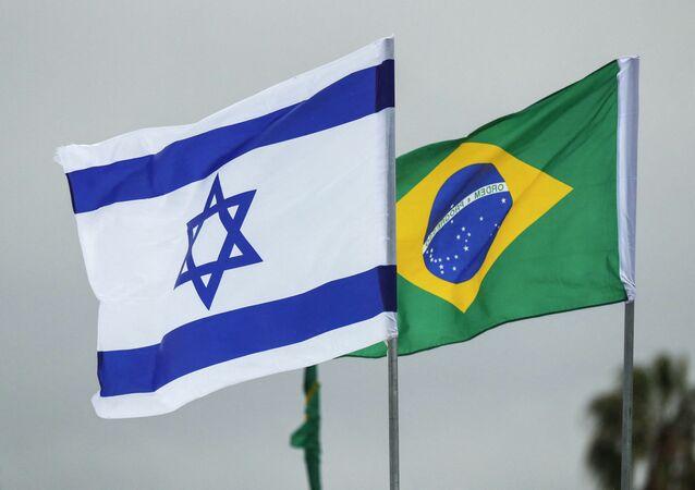 Bandeiras de Israel e do Brasil no Aeroporto Internacional Ben Gurion em Tel Aviv. Foto de arquivo