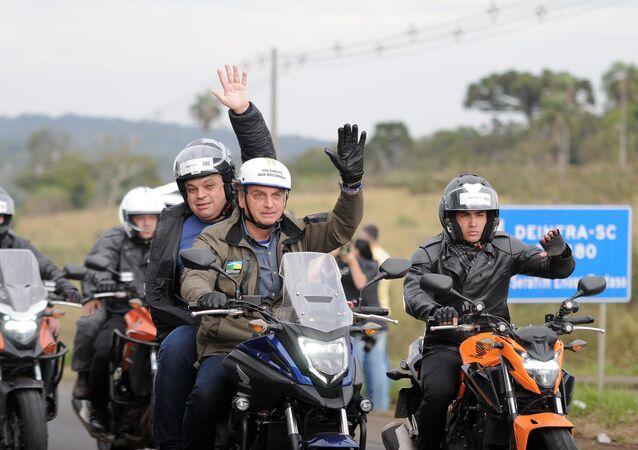 O presidente Jair Bolsonaro e o prefeito de Chapecó João Rodrigues, durante Motociata com apoiadores na cidade de Chapecó, SC, 26 de junho de 2021