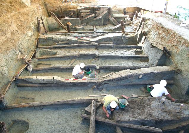 Estrutura de madeira encontrada durante escavação no norte da Itália