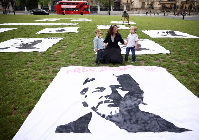 Stella Morris, sócia de Julian Assange, fundador do WikiLeaks, junta-se a protesto com seus filhos para marcar o 50º aniversário de Assange na Praça do Parlamento em Londres, Reino Unido, 3 de julho de 2021