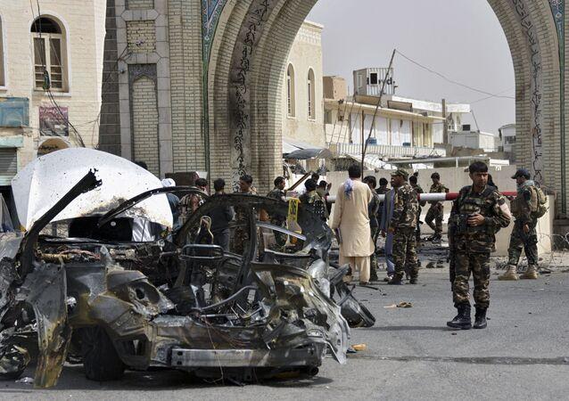 Forças afegãs inspecionam restos de um veículo que explodiu em Kandahar, 4 de julho de 2021