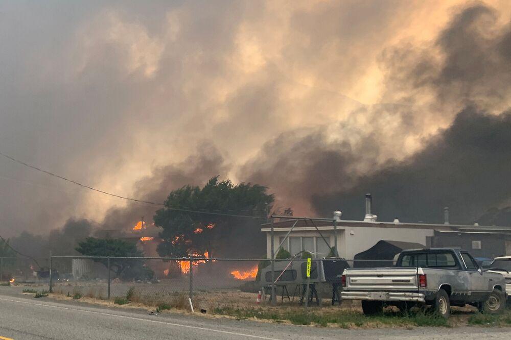 Fumaça do incêndio sobre a vila canadense de Lytton, Canadá, 30 de junho de 2021