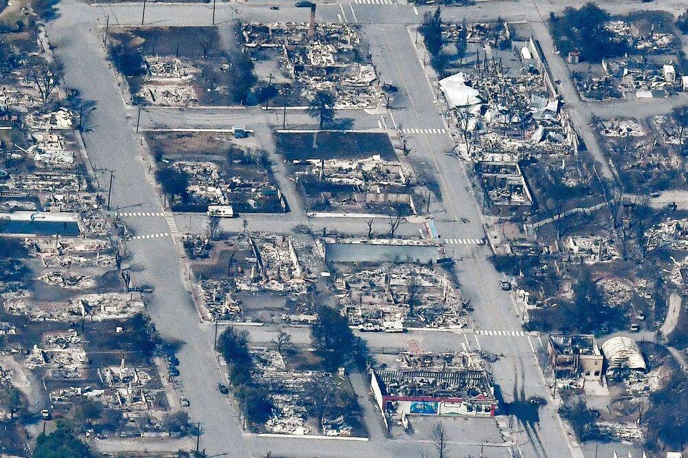 Ruinas queimadas de casas e prédios na vila canadense de Lytton, destruídos pelo incêndio devastador em 30 de julho de 2021, vista aérea capturada em 6 de julho de 2021