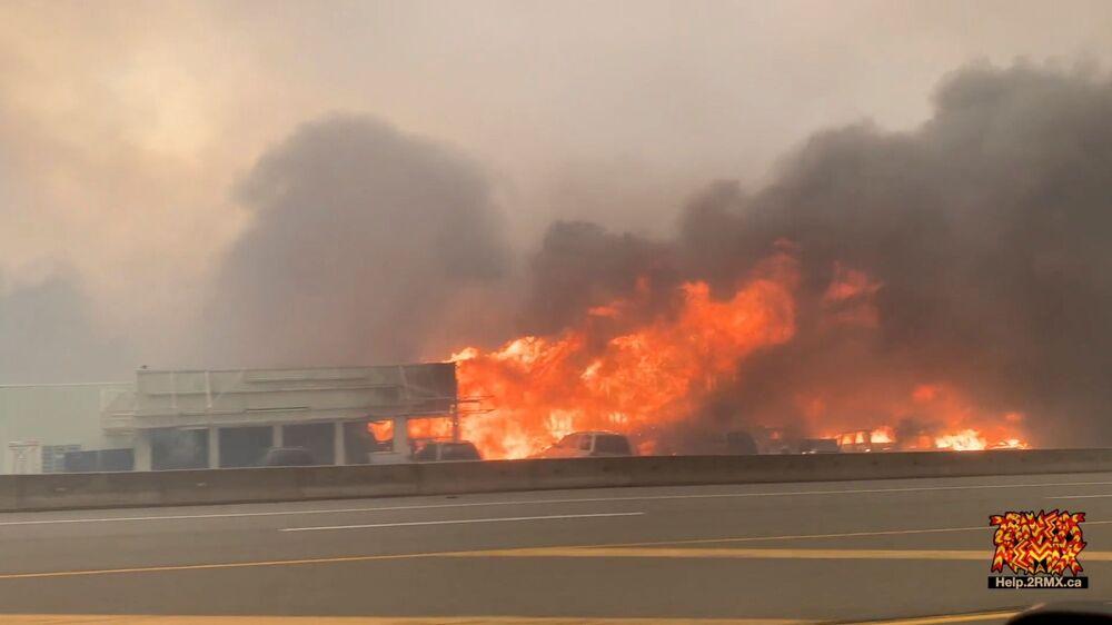 Prédio em chamas em uma rua de Lytton durante os incêndios no Canadá provocados pela anormal onda de calor, imagem capturada de vídeo de redes sociais em 1º de julho de 2021