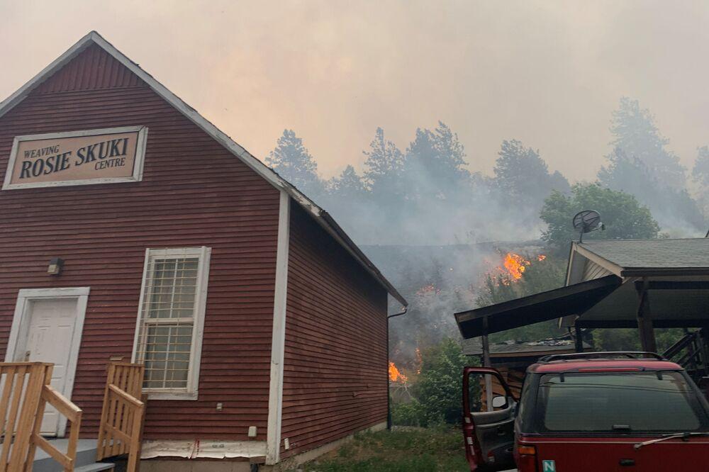 Chamas se aproximando de uma das casas da vila canadense de Lytton, durante o incêndio devastador no Canadá, 30 de junho de 2021