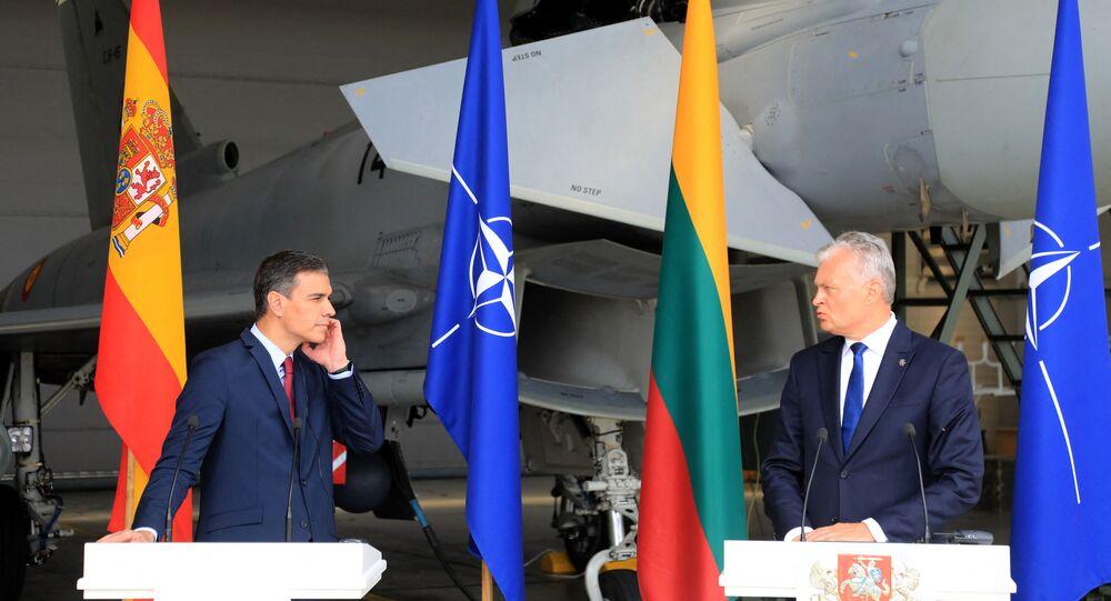 Primeiro-ministro espanhol Pedro Sánchez (à esquerda) durante uma coletiva de imprensa com o presidente lituano Gitanas Nauseda na base aérea em Siauliai, Lituânia em 8 de julho de 2021