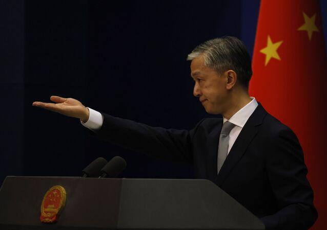 O porta-voz do Ministério das Relações Exteriores da China, Wang Wenbin, gesticula durante reunião em Pequim, China. Foto de arquivo