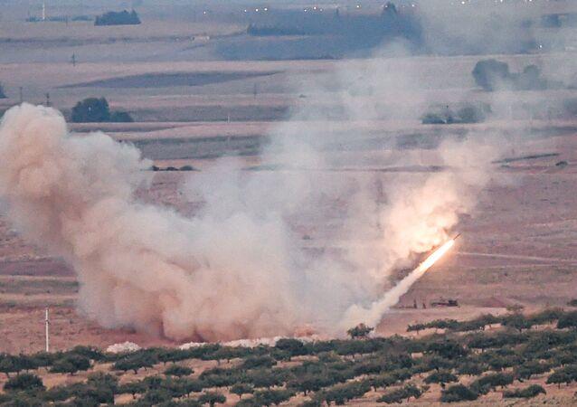 Míssil disparado por forças turcas contra a cidade síria de Ras al-Ain, a partir do lado turco da fronteira, no distrito de Ceylanpinar, Sanliurfa, 15 de outubro de 2019